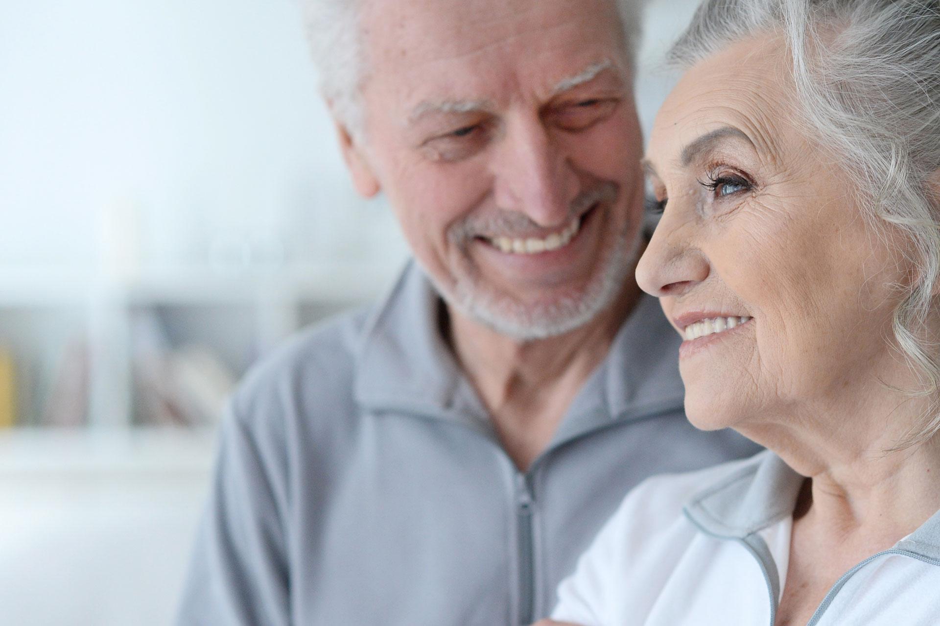 Homme et femme agés pour pour offrir un séjour dans la résidence Aquatria